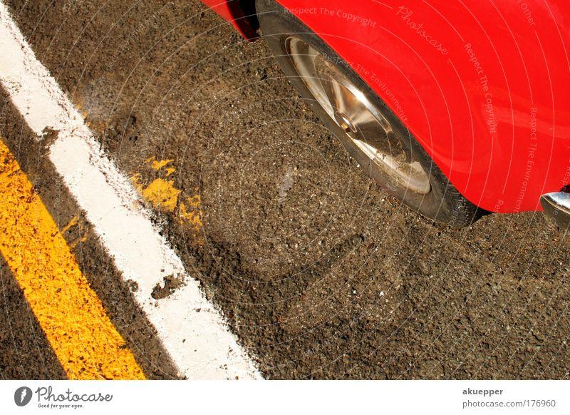park and ride Farbfoto Außenaufnahme Detailaufnahme Parkplatz Markierungslinie Asphalt Straße Straßenverkehr PKW Oldtimer Linie parken Suche finden frei belegt