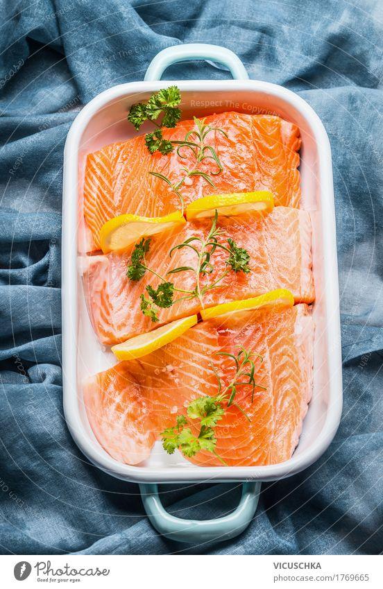 Lachs Fischfilet mit Zitrone in Schüssel Lebensmittel Kräuter & Gewürze Öl Ernährung Mittagessen Festessen Bioprodukte Vegetarische Ernährung Diät