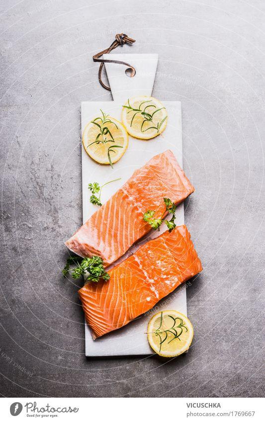 Lachs Fischfilet mit Zitrone auf weißem Schneidebrett Lebensmittel Kräuter & Gewürze Ernährung Festessen Bioprodukte Vegetarische Ernährung Diät Geschirr Stil
