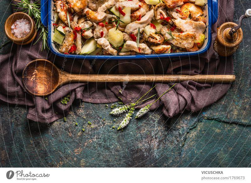 Gebratenes Hähnchen mit Gemüse in Auflaufform mit Kochlöffel Gesunde Ernährung Speise Stil Lebensmittel Design Häusliches Leben Tisch Kräuter & Gewürze