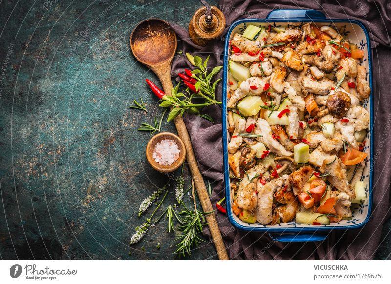 Auflauf mit Hähnchen und Gemüse Lebensmittel Fleisch Kräuter & Gewürze Öl Ernährung Mittagessen Abendessen Büffet Brunch Festessen Bioprodukte Diät Geschirr