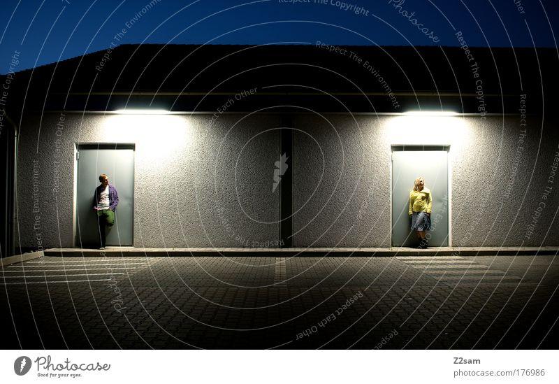 zweisam Mensch Liebe Straße dunkel Architektur Glück Paar Tür Zusammensein Zufriedenheit blond elegant warten maskulin außergewöhnlich ästhetisch