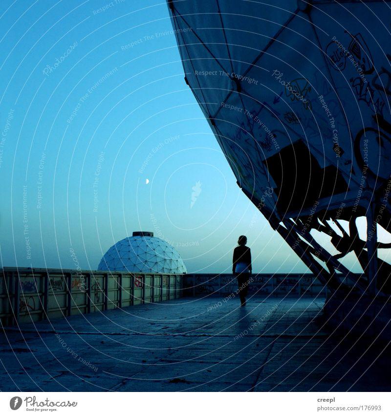 panopticon Gedeckte Farben Außenaufnahme Experiment Dämmerung Schatten Silhouette Low Key Ganzkörperaufnahme Rückansicht Blick nach vorn Wegsehen Abenteuer