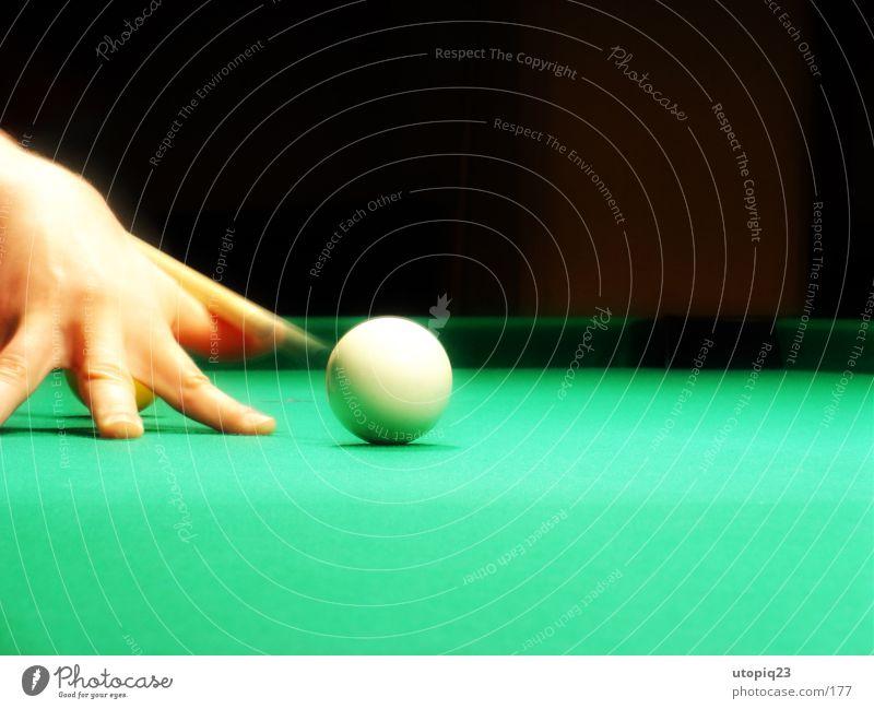 Anstoß Queue Schwimmbad Billard Snooker weiß Hand Finger grün schwarz Kugel billardtuch Bewegung