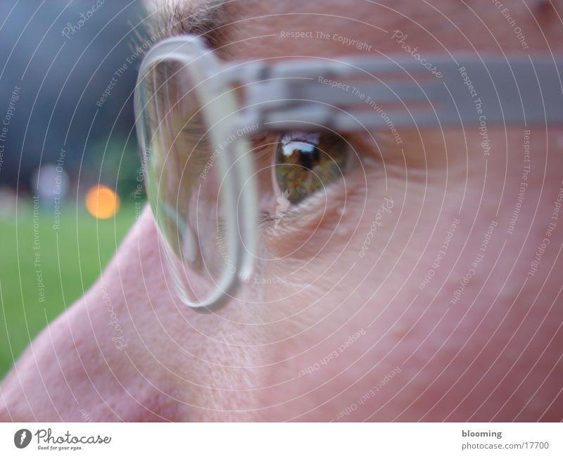 tiefer Blick Mann Auge maskulin Brille tief