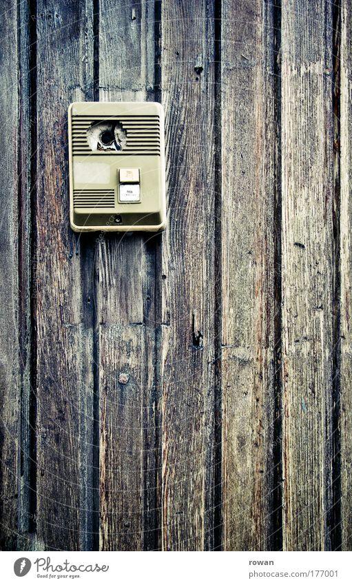 wer ist da? alt Haus Holz braun Tür retro Technik & Technologie kaputt Telekommunikation Häusliches Leben Streifen Strukturen & Formen Eingang schäbig Kontrolle Klingel