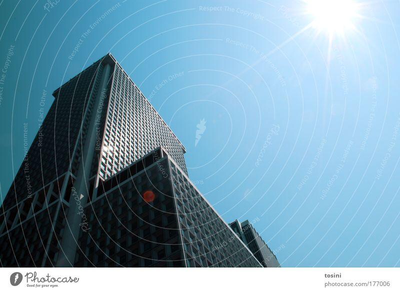 Hochhaus Farbfoto Außenaufnahme Menschenleer Textfreiraum rechts Textfreiraum oben Tag Licht Kontrast Reflexion & Spiegelung Sonnenlicht Sonnenstrahlen