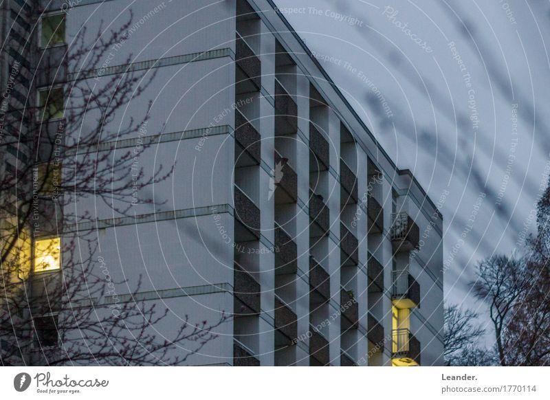 Licht im Block Wohnung Haus Traumhaus Hausbau Renovieren Hochhaus Mauer Wand alt Armut blau gelb grau Armutsgrenze Blockhaus Ghetto Balkon Plattenbau Abend