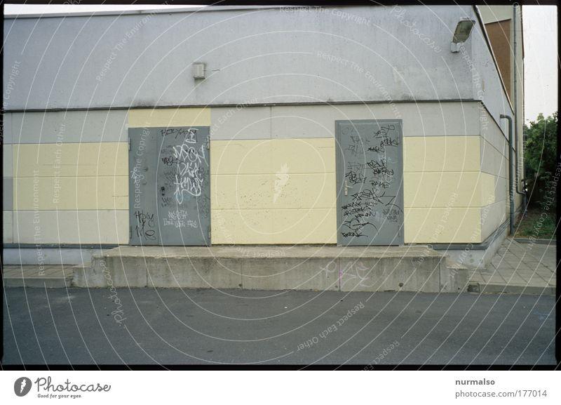 der Gegensatz vom jetzt Haus Straße Wand Mauer Traurigkeit Stein Tür Fassade Lifestyle trist Kultur Fabrik Bauwerk zeichnen Jugendkultur machen