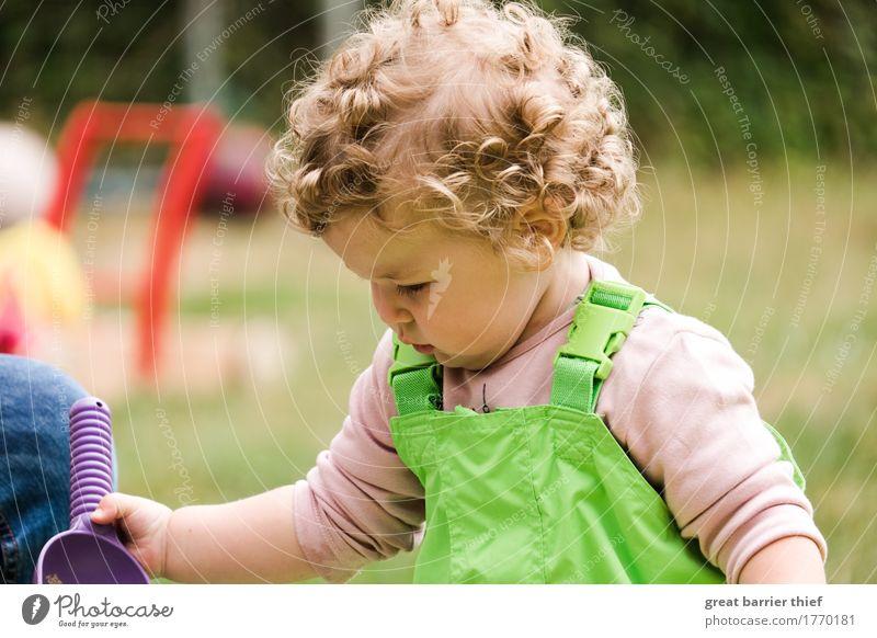 Mädchen bei der Arbeit Mensch feminin Kind Kleinkind Schwester Kindheit Leben Körper Kopf Haare & Frisuren 1 1-3 Jahre brünett blond Locken