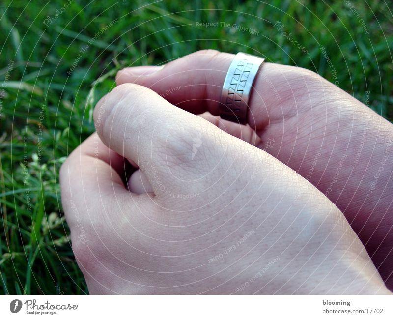 Hände Mann Hand grün Wiese maskulin Kreis Faust