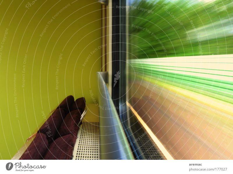Bummelbahn Farbfoto Gedeckte Farben mehrfarbig Innenaufnahme Textfreiraum oben Tag Langzeitbelichtung Bewegungsunschärfe Starke Tiefenschärfe Zentralperspektive