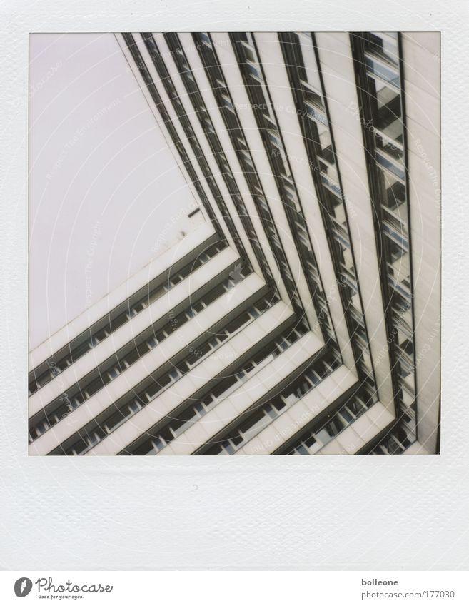 Sehr schräg... Farbfoto Gedeckte Farben Polaroid Textfreiraum links Tag Stadt Menschenleer Hochhaus Bauwerk Gebäude Architektur Fassade eckig kalt grau