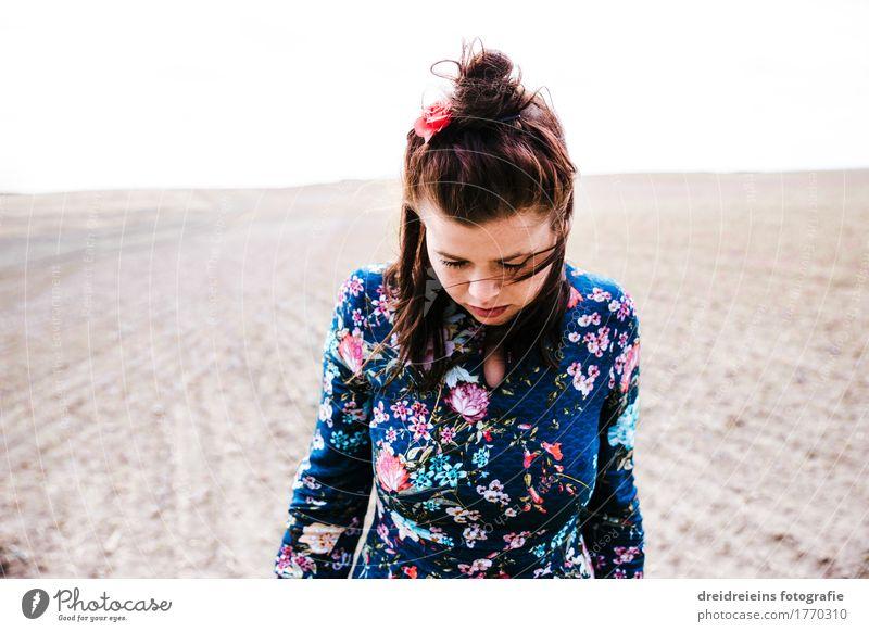 Gedankenverloren. Lifestyle Stil Mensch feminin Junge Frau Jugendliche Erwachsene 1 Landschaft Erde Horizont Feld Kleid Denken stehen träumen Traurigkeit warten