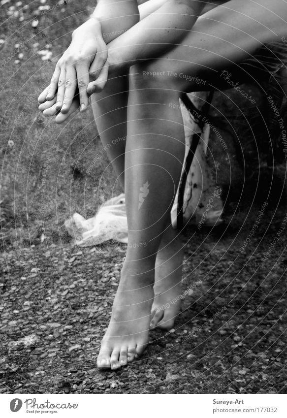 'sup? Außenaufnahme Sonnenlicht Frau Erwachsene Hand Fuß sitzen warten ästhetisch dünn Neugier Erotik Kontakt Stimmung Vertrauen Tag