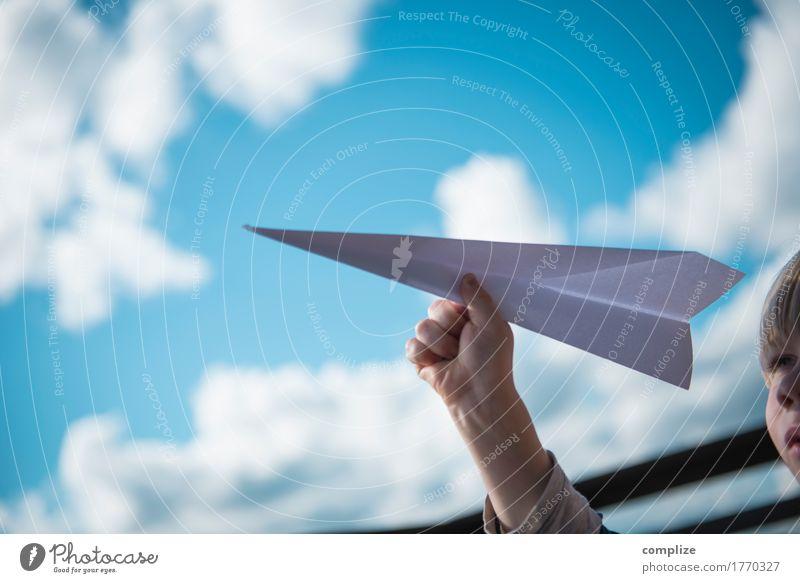 Papierflieger Kind Himmel Ferien & Urlaub & Reisen Sommer Sonne Hand Wolken Freude Ferne Junge Freiheit Kopf fliegen Horizont Freizeit & Hobby Luftverkehr