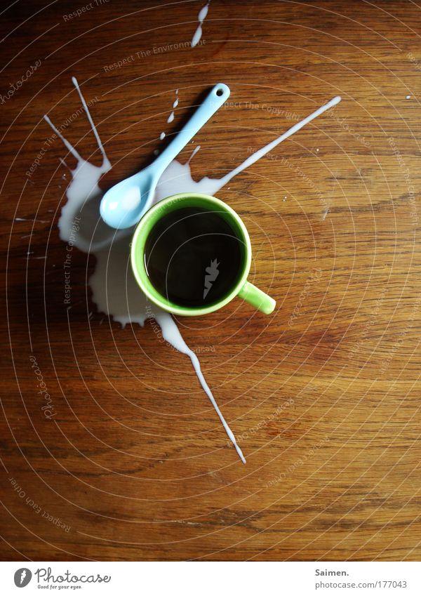 och mist... Farbfoto Innenaufnahme Vogelperspektive Kaffeetrinken Getränk Heißgetränk Desaster Kaffetrinken Tasse Löffel Tisch Missgeschick Seite verschütten