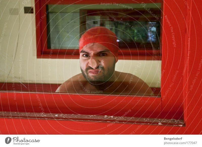 Schaufenster Mensch Nase 1 Kommunizieren staunen Badekappe Bart Fensterscheibe Glas Farbfoto Innenaufnahme Textfreiraum unten Porträt Oberkörper Vorderansicht