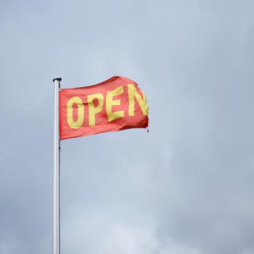 Open am Himmel Wirtschaft Handel Dienstleistungsgewerbe Börse Business Unternehmen sprechen Umwelt Wolken Fahne Fahnenmast Zeichen Schriftzeichen blau gelb rot