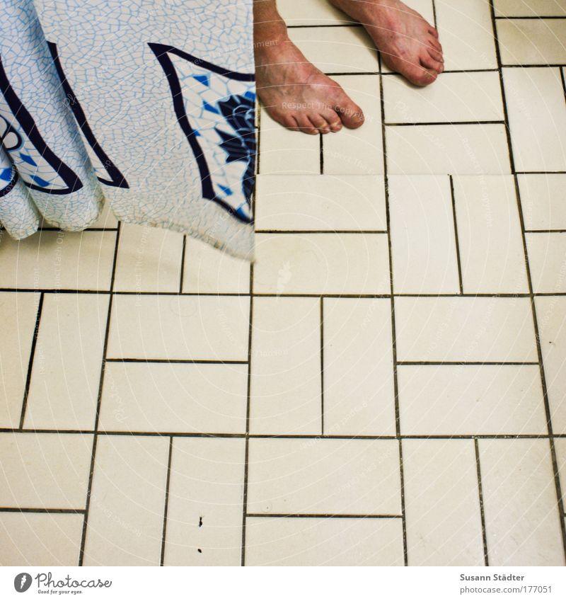Feuchtgebiete Mann blau Erwachsene Fuß maskulin groß Haut Fliesen u. Kacheln feucht Barfuß Zehen Unter der Dusche (Aktivität) konventionell Duschvorhang