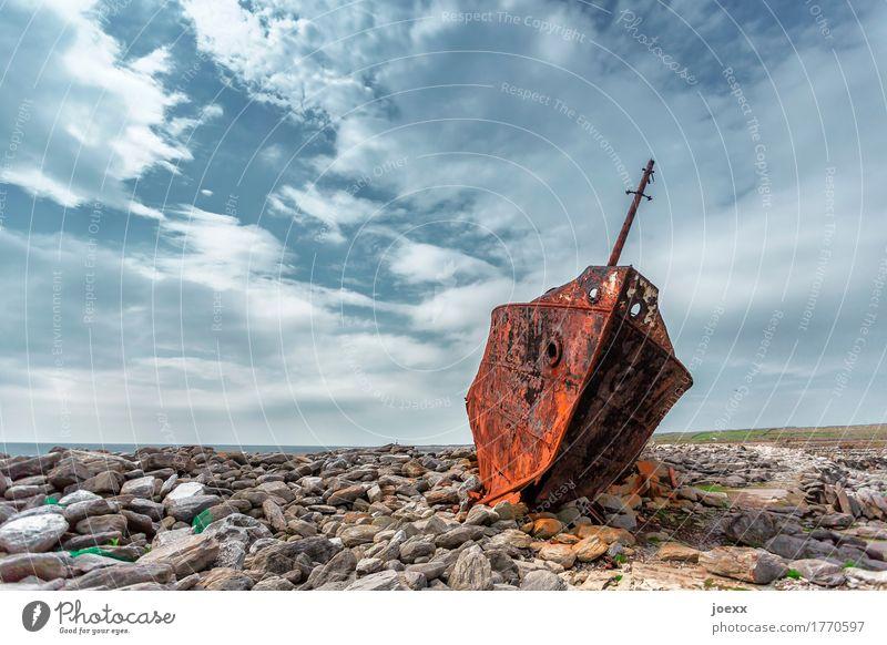 Dauerparker Himmel Felsen Küste Inisheer Schifffahrt Stein Stahl Rost liegen alt hässlich kaputt blau braun grau bizarr stagnierend Umweltverschmutzung