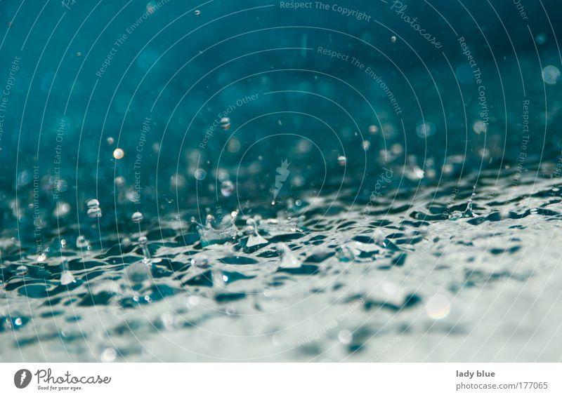 Wasserspiel blau Sommer weiß Erholung Gefühle Bewegung Denken Regen glänzend Wetter Kraft Tanzen genießen Wassertropfen einzigartig