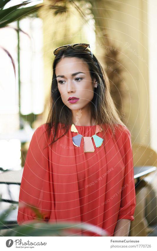 LadyInRed_1770726 Mensch Frau Jugendliche schön Junge Frau rot Haus ruhig 18-30 Jahre Erwachsene feminin Stil nachdenklich elegant Kleid Körperhaltung