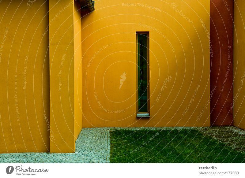 Unbekanntes Gebäude Architektur Bauwerk Ecke Nische Fenster schmal vorsprung rücksprung gelb