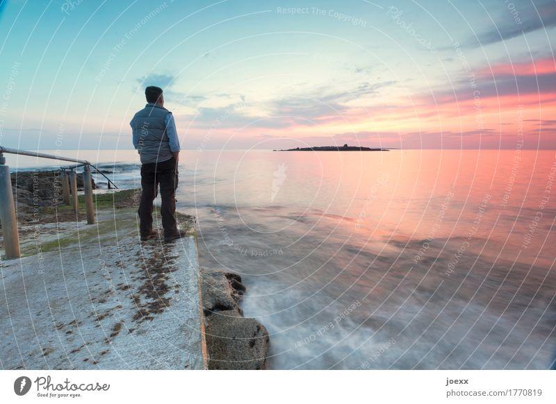 Mann schaut in den Sonnenuntergang am Meer maskulin Erwachsene 1 Mensch 30-45 Jahre Wasser Himmel Wolken Sonnenaufgang Schönes Wetter stehen Unendlichkeit