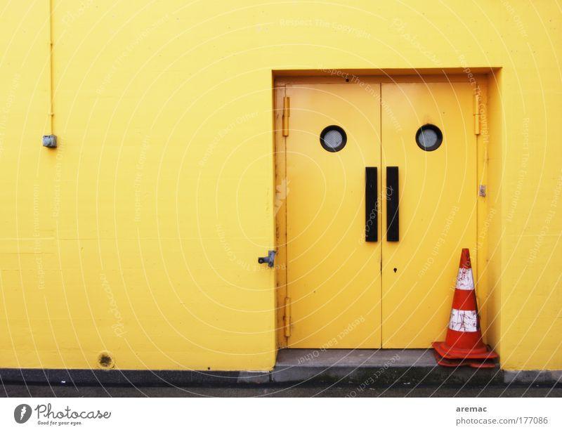 Grossbaustelle Haus gelb Arbeit & Erwerbstätigkeit Wand Mauer Gebäude Tür Schilder & Markierungen Fabrik Tor trendy Industrieanlage Verkehrsleitkegel