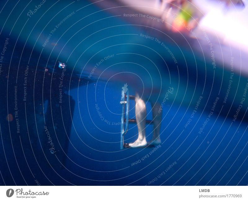 Trittbrett aus dem Wasser Mensch maskulin Mann Erwachsene Beine Fuß 1 30-45 Jahre blau diagonal Leiter Leitersprosse Wasserfahrzeug Motorboot Wasseroberfläche