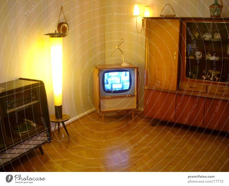 """50er Wohnzimmer Freude Wohnung Möbel Lampe Uhr historisch Fünfziger Jahre aus den Jahren. """"Wohnzimmer,"""" Röhrenfernseher Innenarchitektur Farbfoto Innenaufnahme"""