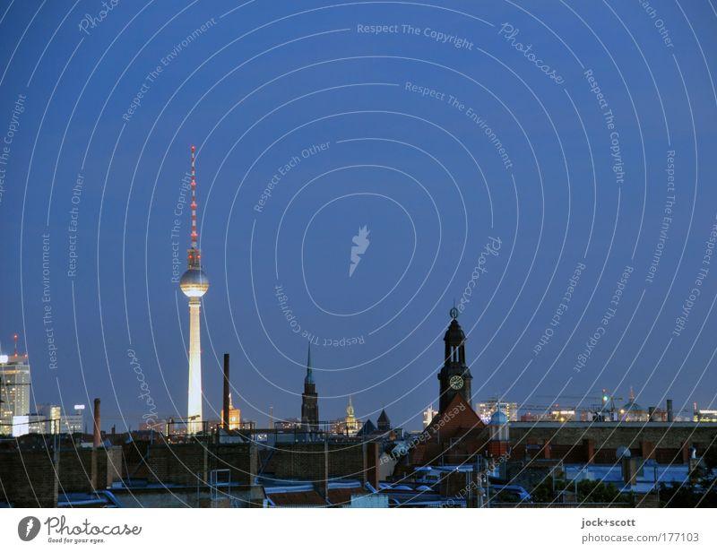 Dämmerung über Berlin Umwelt Wolkenloser Himmel Hauptstadt Stadtzentrum Skyline Kirche Turm Architektur Sehenswürdigkeit Wahrzeichen Berliner Fernsehturm