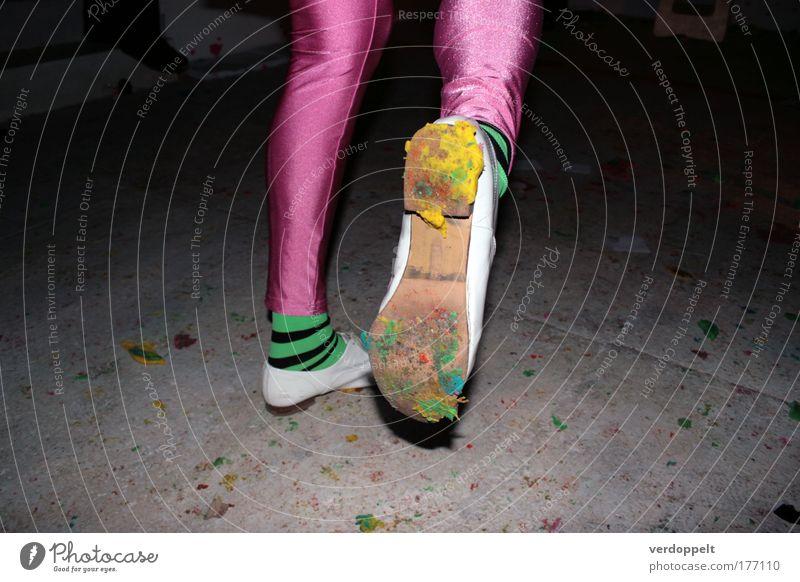 write Farbfoto Blitzlichtaufnahme Lifestyle Entertainment Fitness Sport-Training Mensch Beine Fuß Kunst Künstler Ausstellung Kunstwerk Jugendkultur Mode