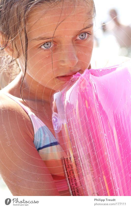 junges Mädchen Mensch Kind Mädchen Gesicht Auge Kopf Wärme Haare & Frisuren Glück Denken Kindheit blond rosa Schwimmen & Baden glänzend Mund