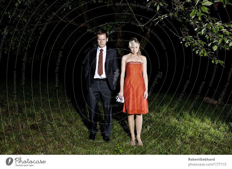 Paarty Frau Mensch Mann Jugendliche Baum rot schwarz kalt feminin Gras Stil Erwachsene Feste & Feiern Tanzen