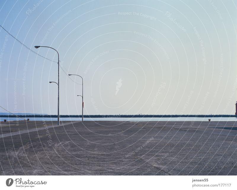 Onshore Himmel ruhig Lampe warten Horizont Perspektive Ordnung ästhetisch Hafen Laterne Platz Japan Parkplatz Kies Mole Laternenpfahl