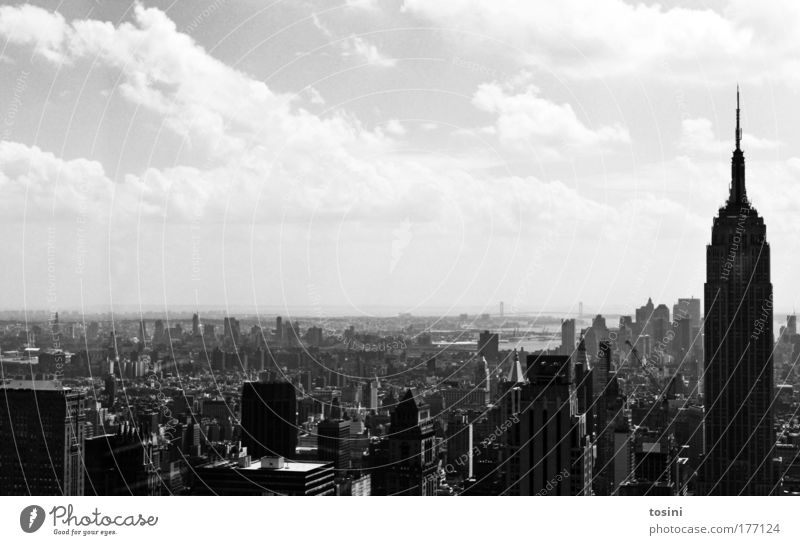 Manhattan Schwarzweißfoto Außenaufnahme Textfreiraum links Textfreiraum oben Tag Kontrast Weitwinkel Reichtum Sightseeing Städtereise Himmel Wolken Sommer