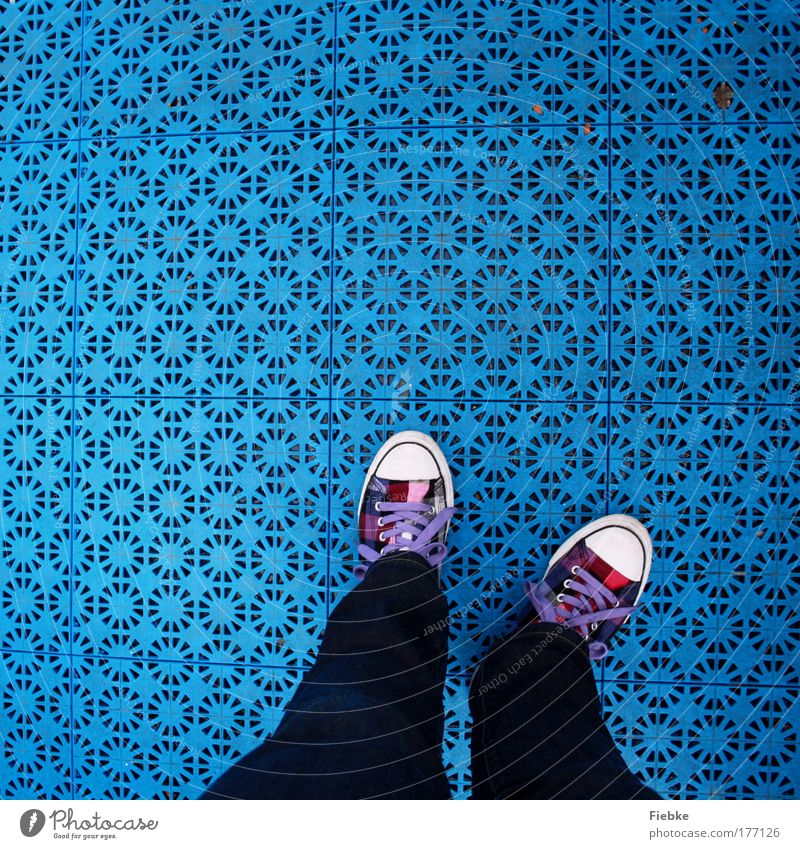 blau Farbfoto mehrfarbig Außenaufnahme Detailaufnahme Muster Strukturen & Formen Textfreiraum oben Tag Vogelperspektive Mode Hose Jeanshose Schuhe stehen