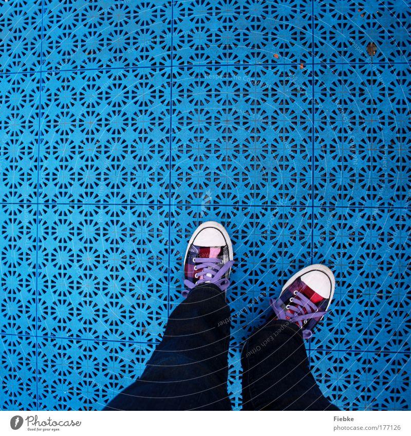 blau Jugendliche Freude Leben Glück Mode lustig Schuhe laufen Fröhlichkeit verrückt Bodenbelag stehen Kreis Jeanshose Kunststoff