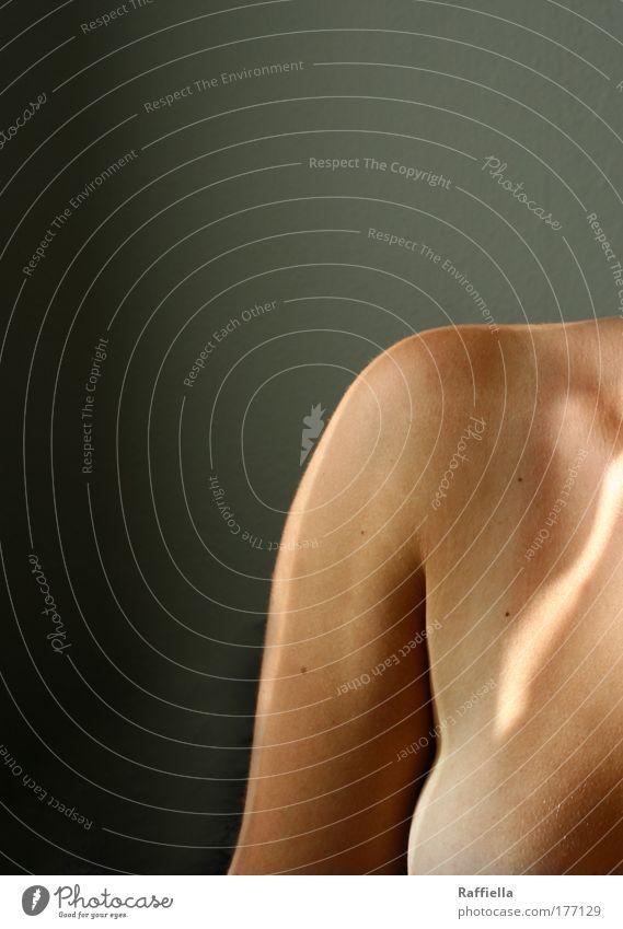 Auf der schwächsten Schulter ruht oft die schwerste Last. Jugendliche Sonne feminin Erwachsene Arme Haut Brust Duft 18-30 Jahre Sonnenbad atmen Junge Frau