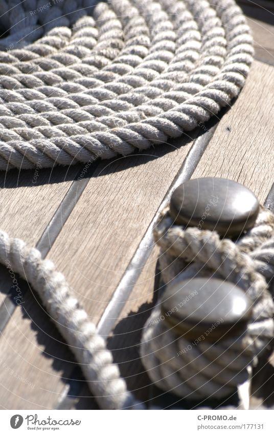Steig mit ins Boot Farbfoto Außenaufnahme Tag Licht Schatten Schifffahrt Bootsfahrt Fischerboot Sportboot Jacht Segelboot Segelschiff Sicherheit Seil