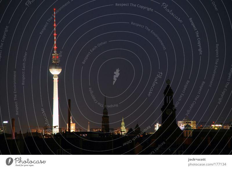 Nachtschicht in Berlin Nachthimmel Prenzlauer Berg Hauptstadt Stadtzentrum Stadtteil Sehenswürdigkeit Wahrzeichen Berliner Fernsehturm leuchten Ferne Stimmung