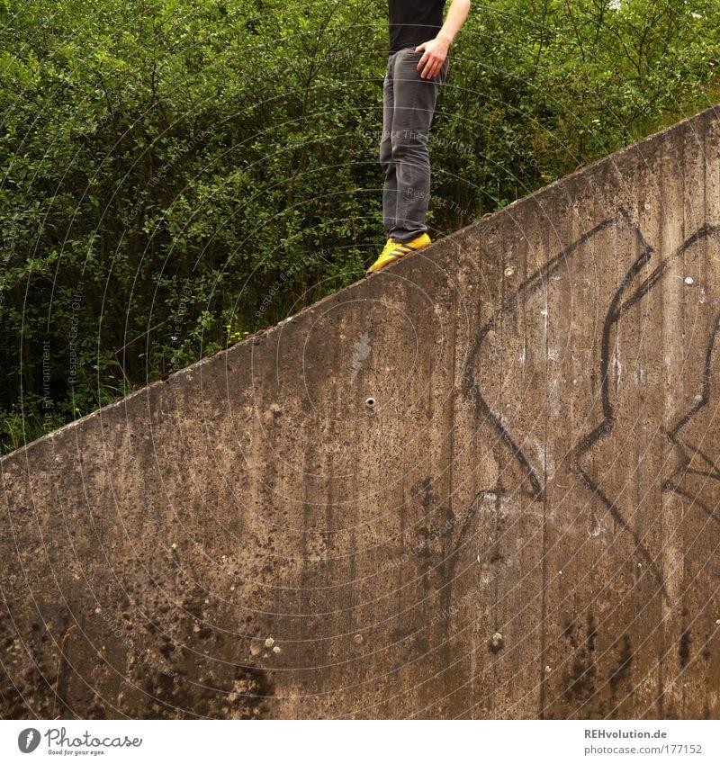 von links nach schräg Mensch Mann Jugendliche Einsamkeit Wand Mauer Erwachsene warten Erfolg maskulin ästhetisch modern stehen Sicherheit einzigartig