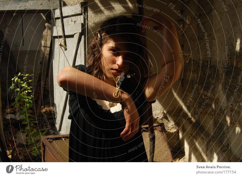 """""""Ich will frei sein!"""" Mensch Jugendliche Einsamkeit Erwachsene dunkel feminin Wand Gefühle Mauer Stimmung Tür Angst dreckig Fassade außergewöhnlich kaputt"""