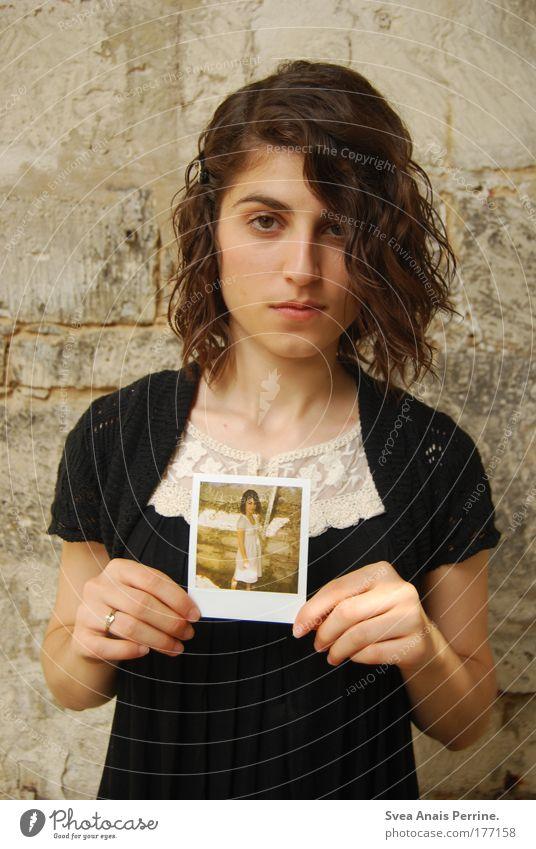 Biometrischespassbild Mensch Jugendliche Hand weiß schwarz Erwachsene Polaroid feminin Gefühle Porträt authentisch stehen 18-30 Jahre Junge Frau Kleid dünn