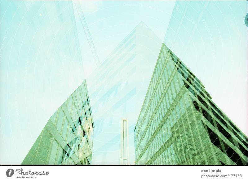 bauvorhaben grün Haus Fenster Gebäude Architektur modern Häusliches Leben analog Balkon Bauwerk Stadt Doppelbelichtung Reflexion & Spiegelung Cross Processing