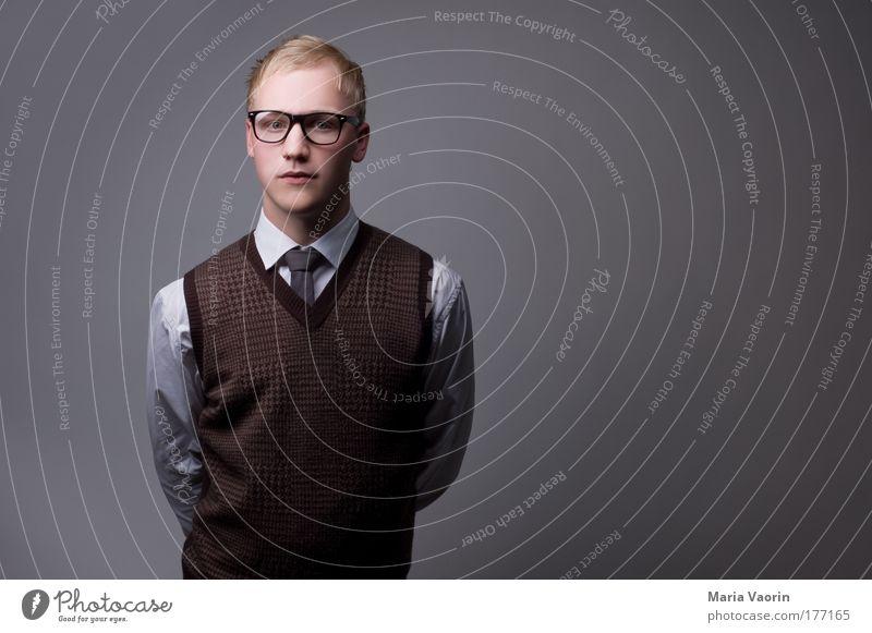 Mama hat mich lieb! Porträt Mensch Mann Jugendliche Ordnung Erwachsene Denken Textfreiraum Oberkörper blond Blick Erfolg maskulin Brille retro Management