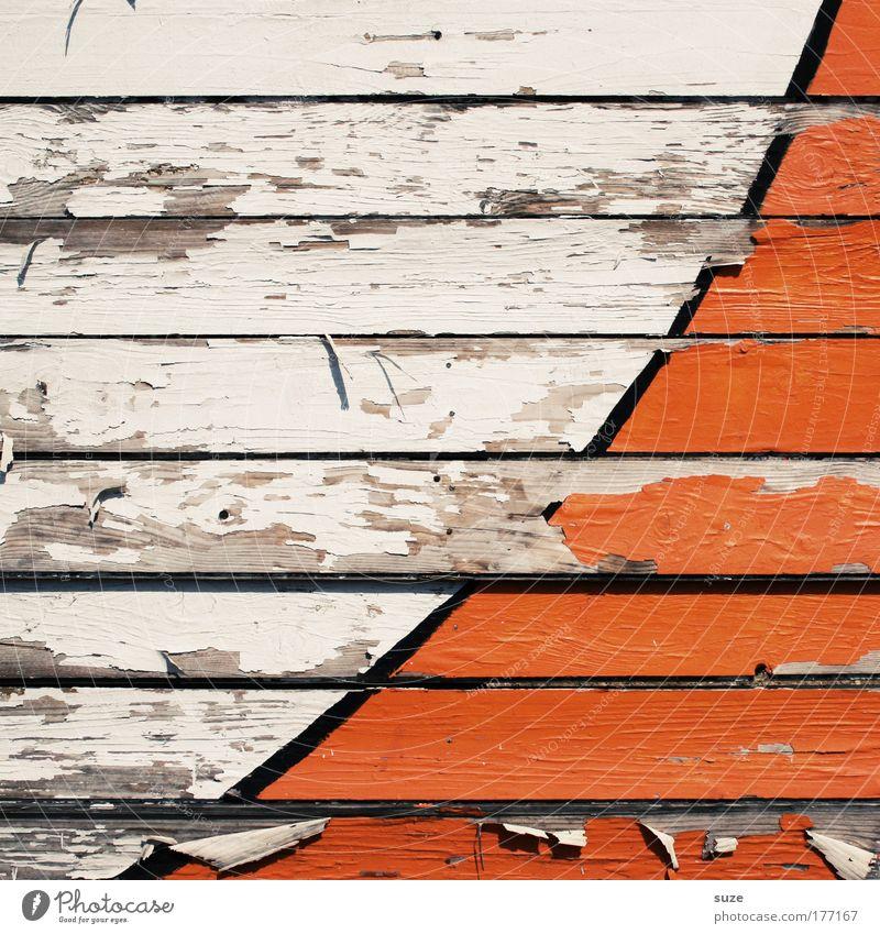 Halfpipe Stil Design Architektur Mauer Wand Fassade Zaun Holzbrett Zeichen Linie Streifen alt einfach kaputt trocken orange weiß Verfall Vergänglichkeit