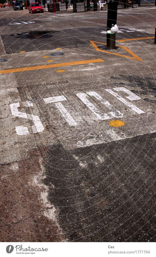 Please Stadt weiß Straße gelb grau Verkehr Schriftzeichen Schilder & Markierungen Hinweisschild bedrohlich Industrie Zeichen Sicherheit fahren Asphalt stoppen